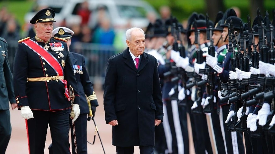 The President of Israel, Shimon Peres, centre,  and King Harald of Norway inspects a Guard of Honour during welcoming ceremony in Oslo, Monday May 12,  2014. The Israeli President arrived Monday  to meet the King of Norway amidst a chorus of protests from organizations angry at construction of Jewish settlements in occupied Palestine.  Shimon Peres, 90, who won the Nobel Peace Prize in 1994 for his part in the Oslo Peace Accords, is the first Israeli head of state to visit the country.  (AP Photo/Cornelius Poppe, NTB scanpix) NORWAY OUT