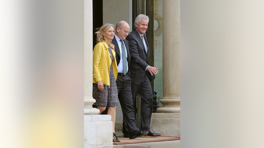 U.S. giant General Electric Co. CEO Jeffrey R. Immelt, right, and GE France chairwoman Clara Gaymard, left, leave the Elysee Palace following their meeting with French President Francois Hollande in Paris, Wednesday May 28, 2014. General Electric Co. is seeking France's approval for its $17 billion bid to buy Alstom SA's energy division. Walking at center is GE Senior Vice President John L. Flannery Responsible for GE's mergers, acquisitions and divestiture activities worldwide.(AP Photo/Remy de la Mauviniere)