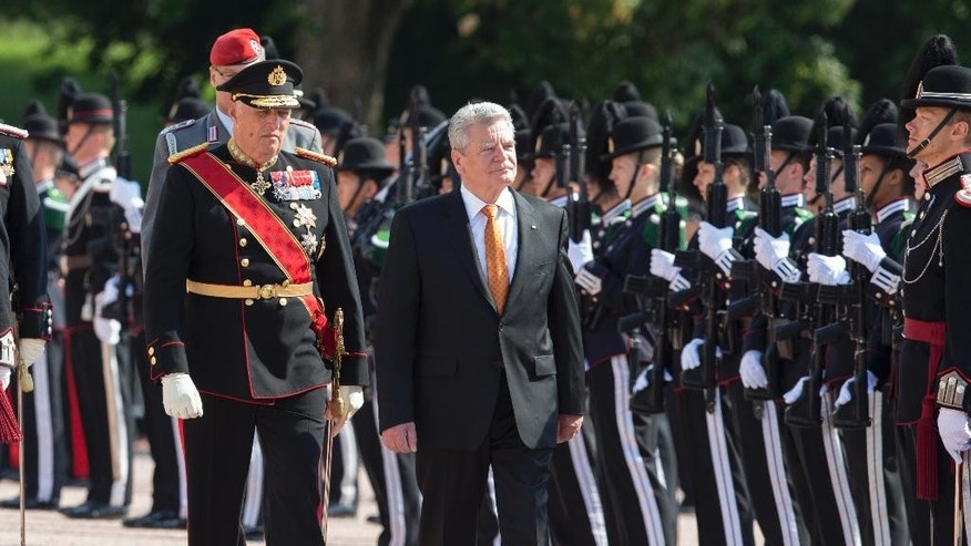 German president Joachim Gauck, right, arrives for a three-day state visit to Norway, Wednesday, June 11, 2014. He was met outside the Royal Palace in Oslo by Norwegian King Harald, left. (AP Photo/ NTB Scanpix, Berit Roald)