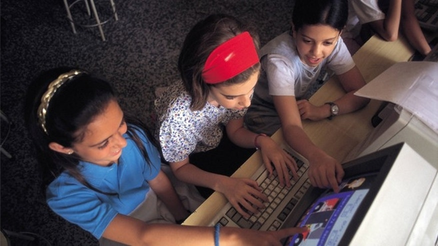 Ninas manejando un ordenador Three girls manage a computer during computer science class in a school of Madrid  (Photo by Sofia Moro/Cover/Getty Images)