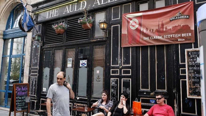 "People walk past the Scottish pub ""The Auld Alliance"", in Paris, Wednesday, Sept. 17, 2014. As the Scottish decide whether to break from the union with England, the embers of an even older Scottish alliance are being revived: ""The Auld Alliance"" with the French. (AP Photo/Thibault Camus)"