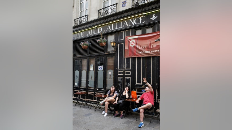 "People have a drink on the terrace of the Scottish pub ""The Auld Alliance"", in Paris, Wednesday, Sept. 17, 2014. As the Scottish decide whether to break from the union with England, the embers of an even older Scottish alliance are being revived: ""The Auld Alliance"" with the French. (AP Photo/Thibault Camus)"
