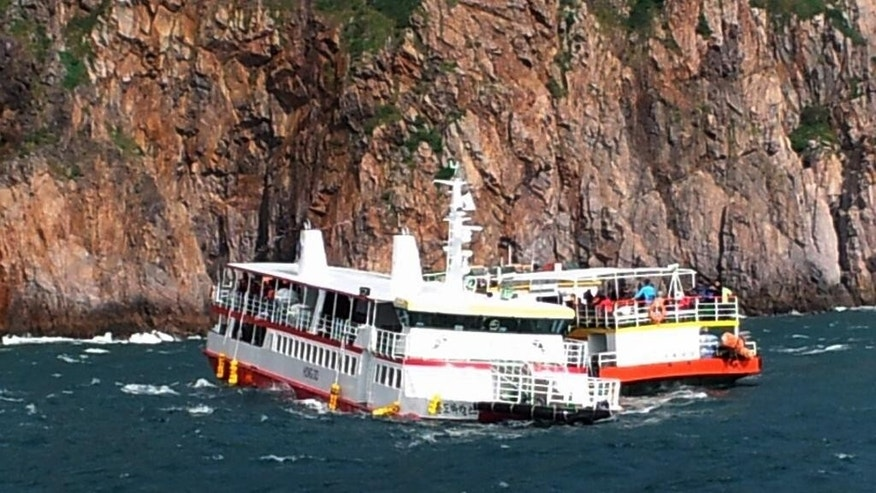 A cruise ship, right, approaches to rescue passengers from an another cruise ship that ran aground in waters off the southwestern coast near Hongdo, South Korea, Tuesday, Sept. 30, 2014. A South Korean cruise ship ran aground off the southwestern coast Tuesday but all of the 109 people aboard the vessel have been rescued, coast guard officers said. (AP Photo/Yonhap)  KOREA OUT