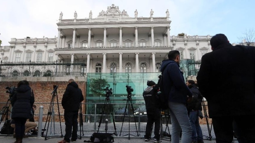 Journalists are waiting in front of Palais Coburg where closed-door nuclear talks with Iran are being held in Vienna, Austria, Friday, Nov. 21, 2014. (AP Photo/Ronald Zak)