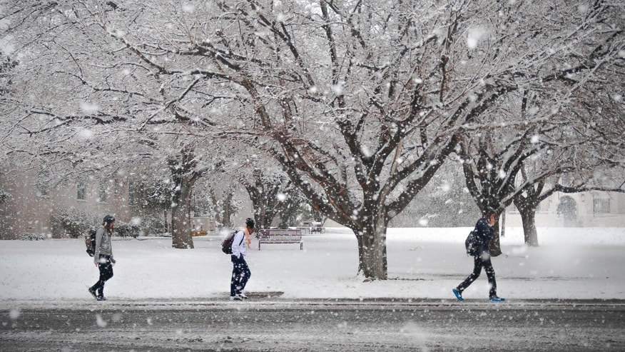 New Mexico State University students make their way to classes as a severe snow storm blankets the southern half of the state, Las Cruces, N.M., Thursday, Jan. 22, 2015. (AP Photo/Las Cruces Sun-News, Jett Loe)