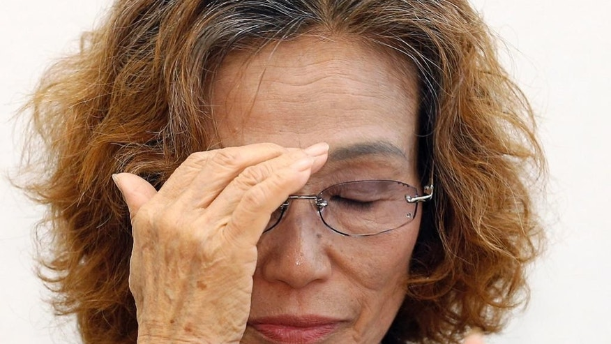 Junko Ishido, the mother of Japanese hostage Kenji Goto held by Islamic State group, reacts during a press conference in Tokyo, Wednesday, Jan. 28, 2015. Ishido appealed publicly Wednesday to Japan's leader to save her son after his captors issued what they said was a final death threat. (AP Photo/Shizuo Kambayashi)