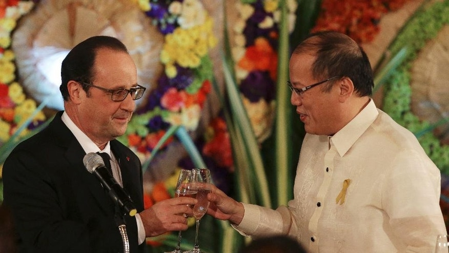 French President Francois Hollande, left, toasts with Philippine President Benigno Aquino III during a state dinner at the Malacanang presidential palace, Manila, Philippines, Thursday, Feb. 26, 2015. Hollande is in the country for a two-day visit. (AP Photo/Aaron Favila, Pool)
