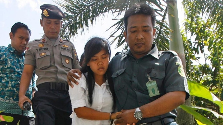CORRECTS NAME - Philippine national Mary Jane Fiesta Veloso, center, is escorted by a court official and a police officer upon arrival for a judicial review hearing at Sleman District Court in Yogyakarta, Indonesia, Tuesday, March 3, 2015. Veloso is among foreign drug convicts who are facing imminent execution despite international appeals for clemency. (AP Photo)