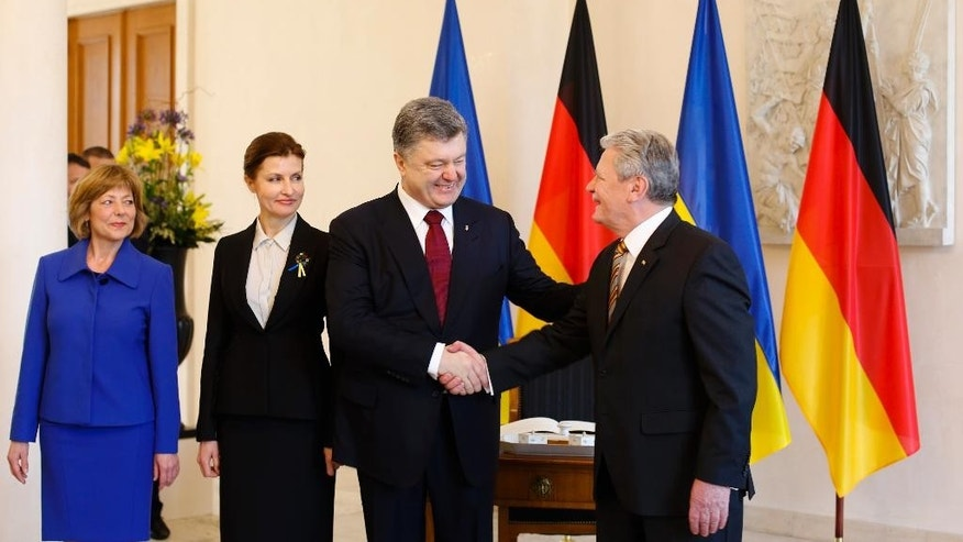 German President Joachim Gauck, right, and his partner Daniela Schadt, left, welcome Ukraine's President Petro Poroshenko, second from right, and his wife Maryna Poroshenko, second from left, at Bellevue Palace in Berlin, Germany, Monday, March 16, 2015. (AP Photo/Markus Schreiber)