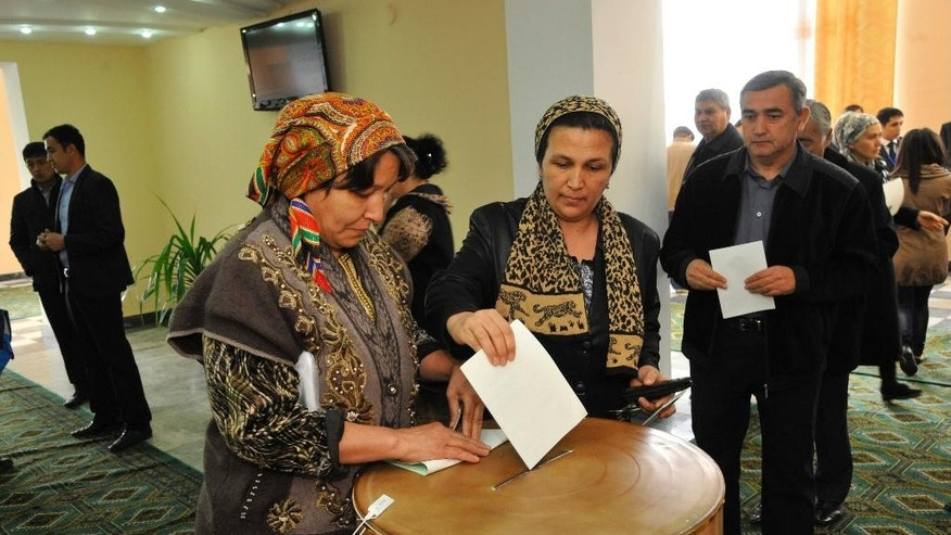 An Uzbek woman casts her ballot at a polling station in Tashkent, Uzbekistan, Sunday, March 29, 2015.  Islam Karimov, 77, has led the double-landlocked former Soviet republic of 30 million people uninterruptedly since the late 1980s, and ruthlessly quashed all opposition to his rule. Uzbekistan's election commission says more than 70 percent of eligible voters have already cast their ballots midway through an election certain to be won by longtime leader Islam Karimov. (AP Photo)