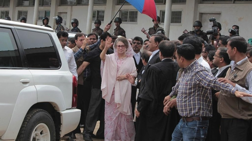 Former Bangladeshi Prime Minister Khaleda Zia waves as she arrives for a court appearance in Dhaka, Bangladesh, Sunday, April 5, 2015.Zia avoided arrest on corruption charges Sunday after a court granted her bail. (AP Photo/ A.M. Ahad)