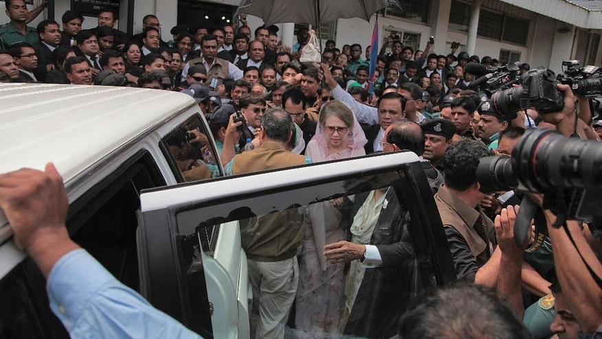 Former Bangladeshi Prime Minister Khaleda Zia, center, leaves after a court appearance in Dhaka, Bangladesh, Sunday, April 5, 2015.Zia avoided arrest on corruption charges Sunday after a court granted her bail. (AP Photo/ A.M. Ahad)