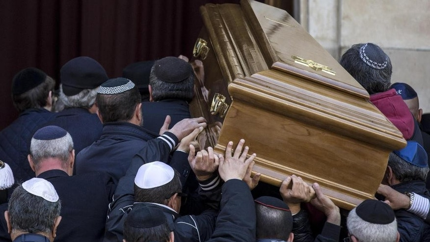 The coffin of Rome's former chief Rabbi Elio Toaff is carried into Rome's Synagogue to laid out in state, Monday, April 0, 2015. Rabbi Elio Toaff died in Rome Sunday, April 19, 2015 at the age of 99. (Massimo Percossi/ANSA via AP) ITALY OUT