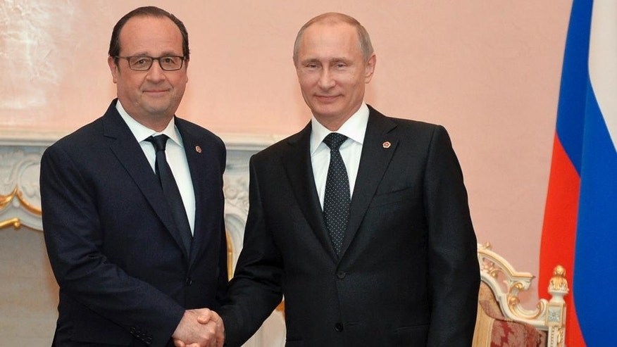 Russian President Vladimir Putin, right, and French President Francois Hollande shake hands during their meeting in Yerevan, Armenia, Friday, April 24, 2015. (Davit Hakobyan/Presidential Press Service, PAN Photo Pool via AP)