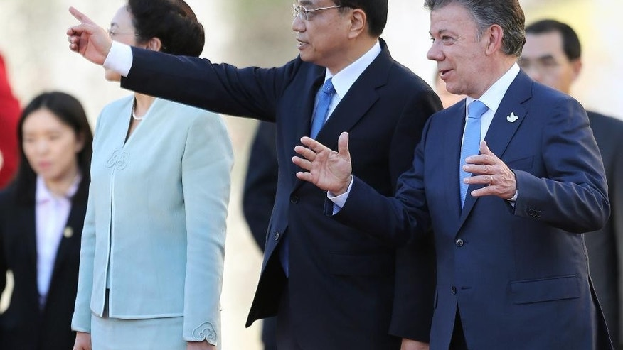 China's Premier Li Keqiang, left, talks to Colombia's President Juan Manuel Santos, right,  during a welcoming ceremony at the Presidential Palace in Bogota, Colombia, Thursday, May 21, 2015. Li Keqiang is in Colombia in an official two-day visit and will then tour Peru and Chile. (AP Photo/Fernando Vergara)