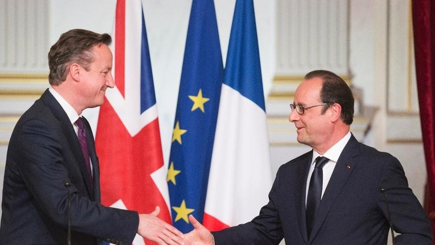 French President Francois Hollande, right, shake hands with British Prime Minister David Cameron after a joint press conference, at the Elysee Palace in Paris, Thursday May 28, 2015. (AP Photo/Jacques Brinon)