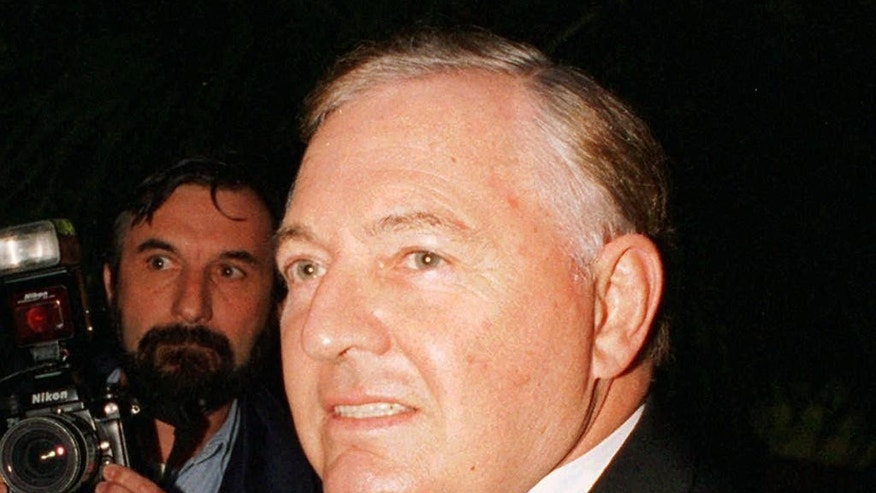 FILE - In this April 15, 1995 file photo, Australian tycoon and America's Cup winner Alan Bond arrives for his wedding to Diana Bliss in Sydney. Bond's family said the global entrepreneur who became an Australian hero by bankrolling an historic America's Cup yacht race victory before going to prison over the nation's biggest corporate fraud has died on Friday, June 5, 2015 in a hospital in the west Australian city of Perth of complications following heart surgery. He was 77. (AP Photo/Rick Rycroft, File)