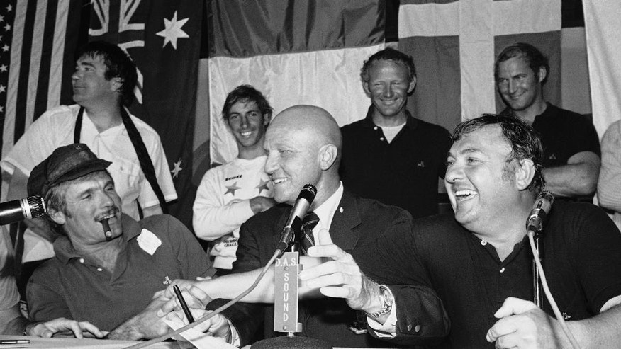 FILE - In this Sept. 18, 1977 file photo, Australia syndicate head Alan Bond, right, and Courageous skipper Ted Turner, left, shake hands at a news conference following Courageous Americas Cup victory, in Newport, R.I. Bond's family said the global entrepreneur who became an Australian hero by bankrolling an historic America's Cup yacht race victory before going to prison over the nation's biggest corporate fraud has died on Friday, June 5, 2015 in a hospital in the west Australian city of Perth of complications following heart surgery. He was 77. (AP Photo/J. Walter Green, File)
