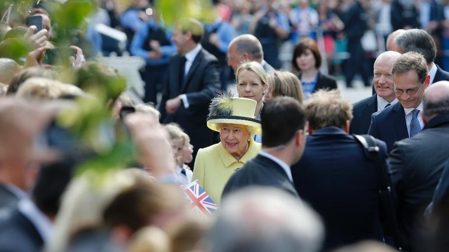 Britain's Queen Elizabeth II and Berlin's Mayor Michael Mueller, right, speak to wellwishers on Pariser Platz at the Brandenburg Garte in Berlin, Friday June 26, 2015, the last day of Queen Elizabeth's and the Duke of Edinburgh state visit to Germany. (Fabrizio Bensch/Pool Photo via AP)
