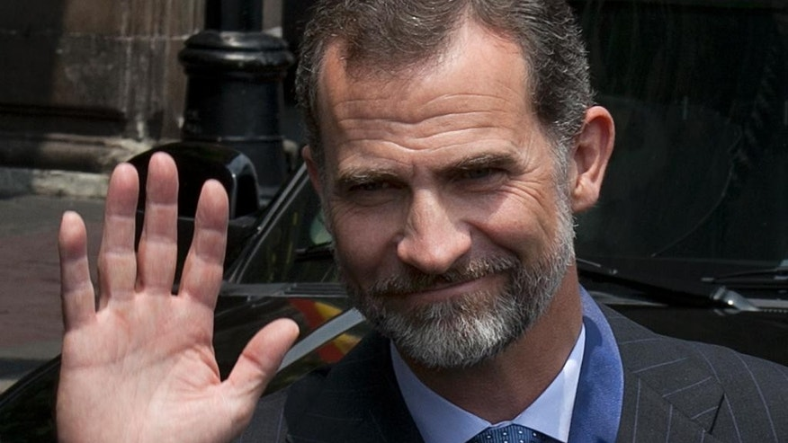 Spain's King Felipe VI, poses for the press after a meeting with Mexico City's Mayor Miguel Angel Mancera at City Hall in Mexico City, Monday, June 29, 2015. The Spanish royals are in Mexico for an official four-day visit. (AP Photo/Marco Ugarte)