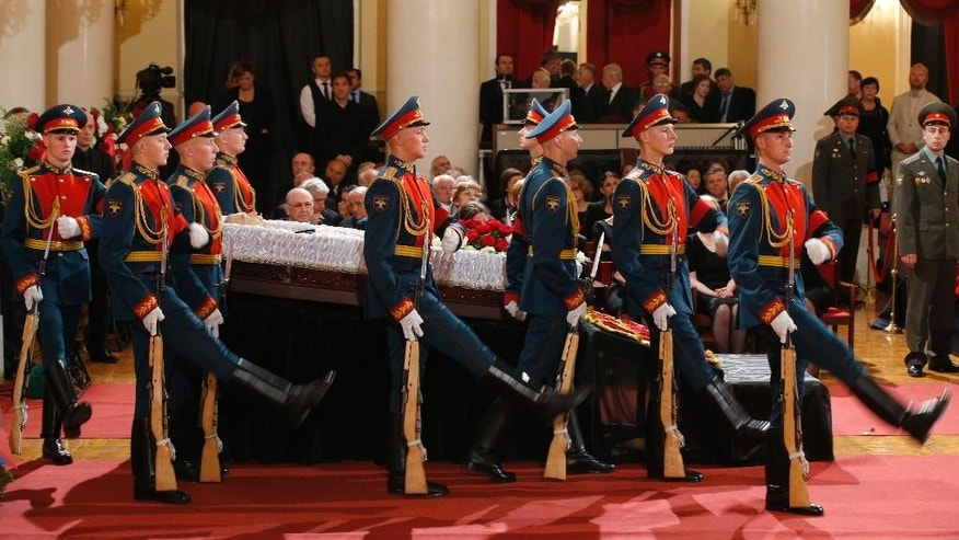 Honor guards march during a civil funeral of former Russian Prime Minister Yevgeny Primakov, in Moscow's House of Unions, Russia, Monday, June 29, 2015. Primakov, whose career included journalism, diplomacy and spycraft, died at age 85. The Kremlin said Friday that President Vladimir Putin offered condolences to Primakov's family. (AP Photo/Alexander Zemlianichenko)