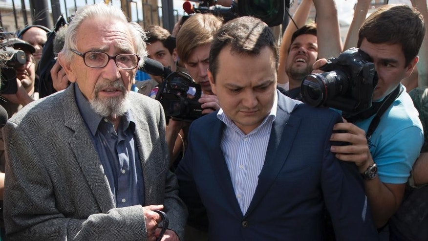 Boris Khodorkovsky and his lawyer, Sergei Badamshin, right, walk after questioning at an investigating committee in Moscow, Thursday, Aug. 6, 2015. The 82-year-old father of former Russian oil tycoon Mikhail Khodorkovsky has been called in for questioning about the 1998 killing of a Siberian mayor. (AP Photo/ Ivan Sekretarev)