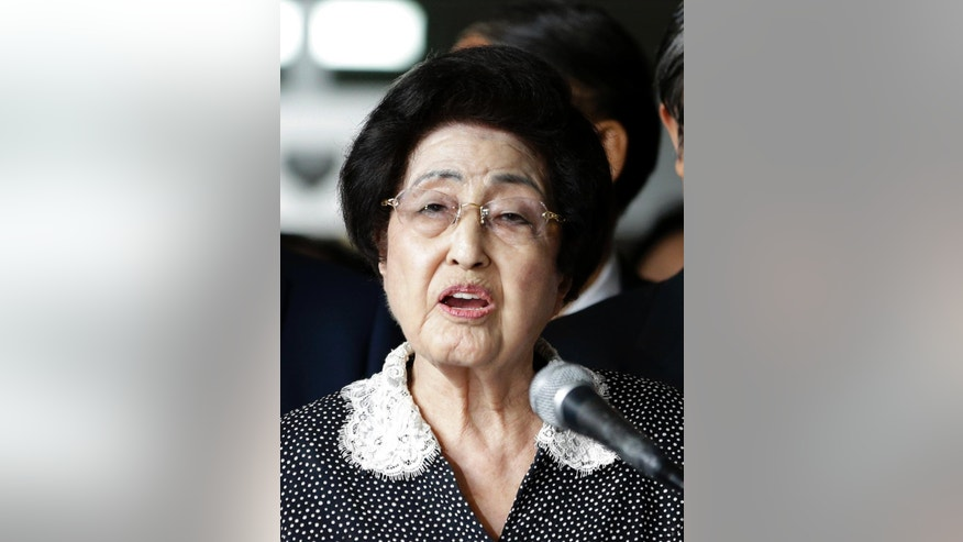 Lee Hee-ho, the widow of former South Korean President and Nobel Peace Prize laureate Kim Dae-jung, speaks to the media at Gimpo International Airport in Seoul, South Korea, Saturday, Aug. 8, 2015, after returning from North Korea. Lee returned to Seoul after a four-day visit to North Korea that apparently ended without a meeting with North Korean leader Kim Jong Un. Lee told reporters that she wasn't carrying any official duty on behalf of South Korea during her trip. (AP Photo/Lee Jin-man)