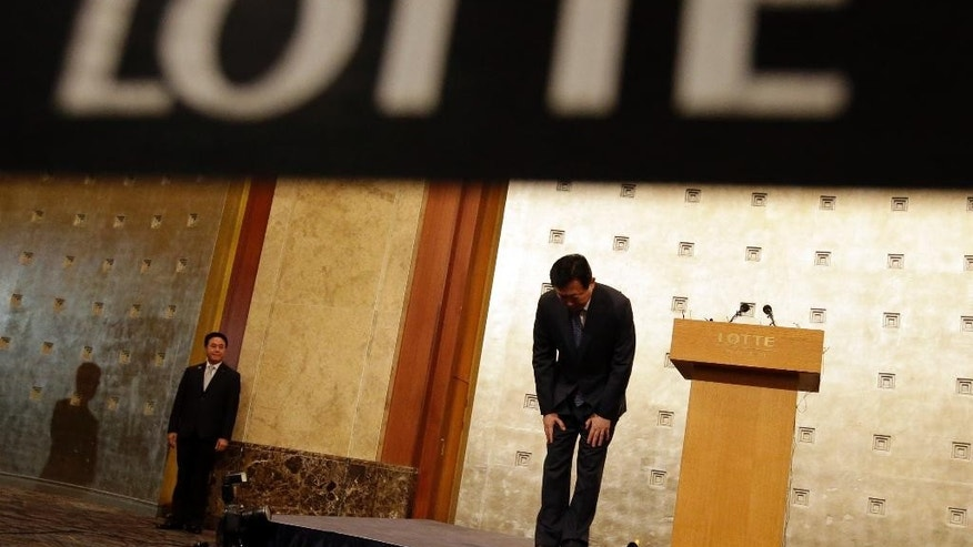 Lotte group Chairman Shin Dong-bin bows after he issued a public apology at Lotte Hotel in Seoul, South Korea, Tuesday, Aug. 11, 2015. (AP Photo/Lee Jin-man)