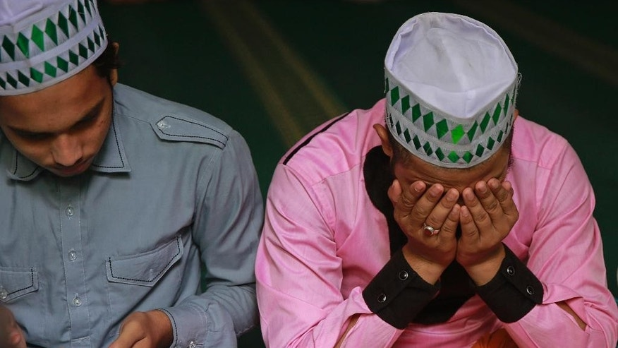 "Indian Muslim students offer prayers at the Ajmeri Masjid in Mumbai, India, Wednesday, Sept. 9, 2015. More than 1,000 Muslim clerics in India have ratified a religious ruling that condemns the Islamic State and calls the extremist group's actions ""un-Islamic, a top Indian Muslim leader said Wednesday.(AP Photo/Rafiq Maqbool)"