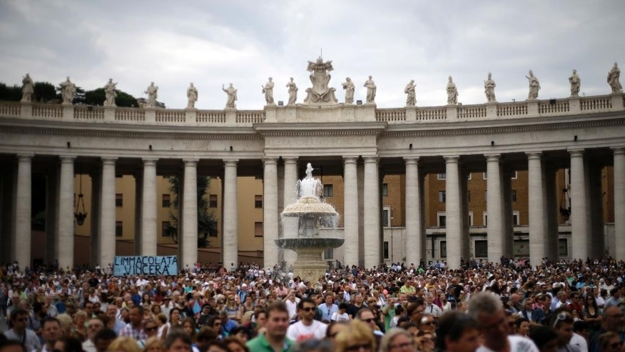 Faithful gather in St. Peter's Square on the occasion of Pope Francis' Angelus noon prayer at the Vatican, Sunday, Sept. 13, 2015. (AP Photo/Gregorio Borgia)