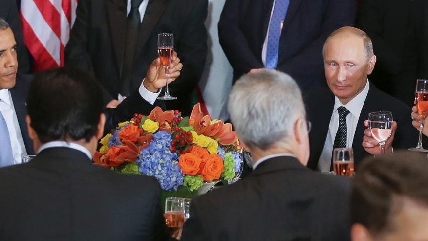 U.S. President Barack Obama, left, and Russian President Vladimir Putin, right, toast during a luncheon, at United Nations headquarters, Monday, Sept. 28, 2015. (Mikhail Metzel, RIA-Novosti, Kremlin Pool Photo via AP)