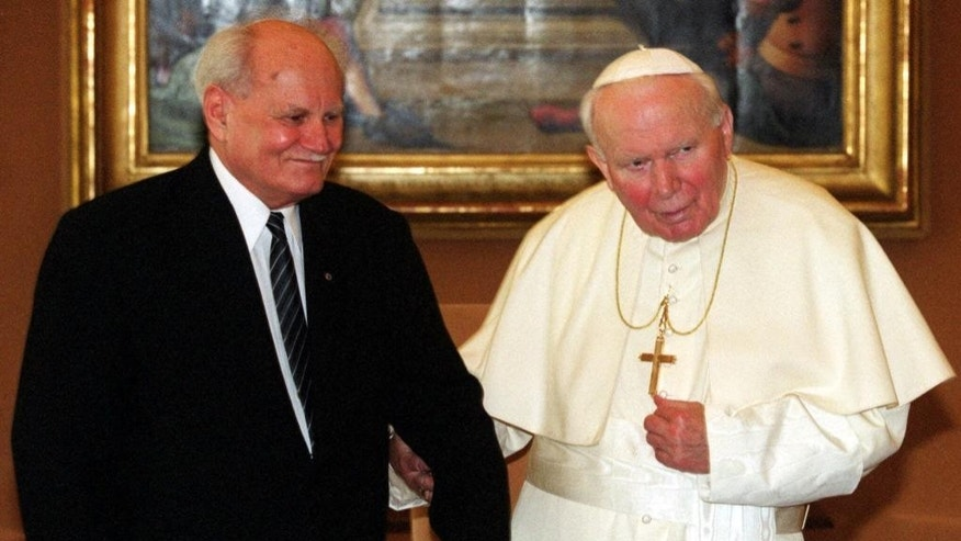 FILE - In this Monday, Feb. 21, 2000 file photo, Hungarian President Arpad Goncz, left, meets Pope John Paul II during a private audience at the Vatican. Officials say that Arpad Goncz, a Hungarian who survived a communist-era life sentence to become the nation's first democratically chosen president after the fall of communism, has died. He was 93. Goncz's secretary, Andras Gulyas, told state news wire MTI that Goncz died Tuesday, Oct. 6, 2015 surrounded by his family. He did not give a cause of death. Though his post was largely ceremonial, Goncz was credited by many with deftly using his limited powers to enforce Hungary's fledgling democratic constitution, often putting him at odds with Hungary's first post-communist government. (AP Photo/Plinio Lepri, file)