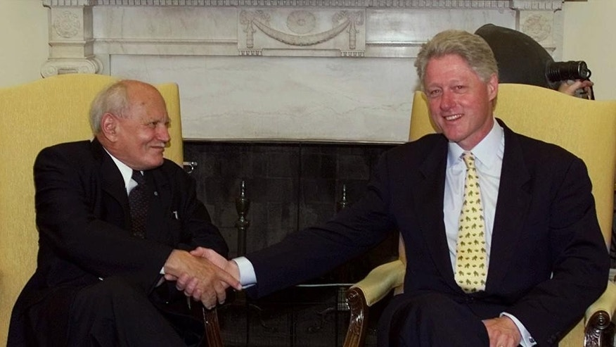 FILE - In this Tuesday, June 8, 1999 file photo, U.S President Bill Clinton shakes hands with with President Arpad Goncz of Hungary in the Oval Office, Washington. Officials say that Arpad Goncz, a Hungarian who survived a communist-era life sentence to become the nation's first democratically chosen president after the fall of communism, has died. He was 93. Goncz's secretary, Andras Gulyas, told state news wire MTI that Goncz died Tuesday, Oct. 6, 2015 surrounded by his family. He did not give a cause of death. Though his post was largely ceremonial, Goncz was credited by many with deftly using his limited powers to enforce Hungary's fledgling democratic constitution, often putting him at odds with Hungary's first post-communist government. (AP Photo/Ron Edmonds, file)