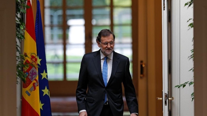 Spanish Prime Minister Mariano Rajoy arrives to a news conference following a cabinet meeting at the Moncloa palace, the premier's official resident, in Madrid, Monday, Oct. 26, 2015. Rajoy on Monday signed a decree formally dissolving Parliament and calling general elections Dec. 20, using the occasion to do some campaigning by praising his government's handling of the severe economic crisis. (AP Photo/Francisco Seco)