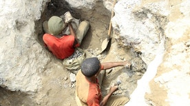 REFILE - CORRECTING SLUGArtisanal miners work at a cobalt mine-pit in Tulwizembe, Katanga province, Democratic Republic of Congo, November 25, 2015. Picture taken November 25, 2015. REUTERS/Kenny Katombe  - RTX1XBGX