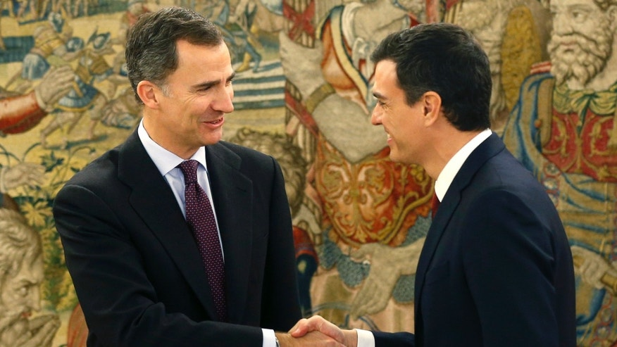 Spanish King Felipe VI, left, shakes hands with Spain's Socialist leader Pedro Sanchez before a meeting at the Zarzuela Palace in Madrid, Spain, Tuesday, Feb. 2, 2016. Spanish King Felipe VI is wrapping up a second round of talks with political party leaders aimed at finding one capable of getting sufficient parliamentary support to form a government following the recent election. No party won a majority in the 350-seat Parliament in the Dec. 20 election and so far none has found sufficient external support to try to form government. (Chema Moya, Pool Photo via AP)