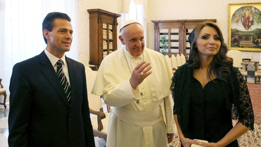 VATICAN CITY, VATICAN - JUNE 07:  Pope Francis meets President of the United Mexican States Enrique Pena Nieto and first lady Angelica Rivera at his private library in the Apostolic Palace on June 7, 2014 in Vatican City, Vatican. The Pope and the President held cordial discussions, during the course of which they touched on several issues, including recent reforms in Mexico, in particular the constitutional amendments regarding religious freedom.  (Photo by Vatican Pool/Getty Images)