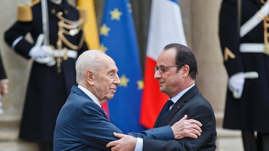 Former Israeli President Shimon Peres, left, bits farewell to French President Francois Hollande after a meeting at the Elysee Palace in Paris, March 25, 2016. Former Israeli President and Nobel Peace Prize laureate Shimon Peres has addressed the UN's education, science and culture agency in Paris to promote peace, as Europe reels from a spate of extremist attacks. (AP Photo/Michel Euler)