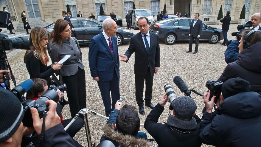 Former Israeli President Shimon Peres, left, and French President Francois Hollande talk to the media after a meeting at the Elysee Palace in Paris, March 25, 2016. Former Israeli President and Nobel Peace Prize laureate Shimon Peres has addressed the UN's education, science and culture agency in Paris to promote peace, as Europe reels from a spate of extremist attacks. (AP Photo/Michel Euler)