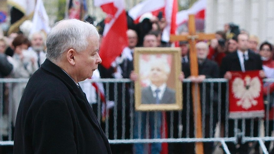 Poland's ruling party leader, Jaroslaw Kaczynski, arrives to lay a wreath to commemorate   his twin brother, former  President Lech Kaczynski, and the late First Lady, Maria Kaczynska, at the Presidential Palace in Warsaw, Poland, on Sunday, 10 April 2016, during ceremonies marking six years since the presidential couple and dozens of other state officials were killed in a plane crash in Russia. (AP Photo/Czarek Sokolowski)