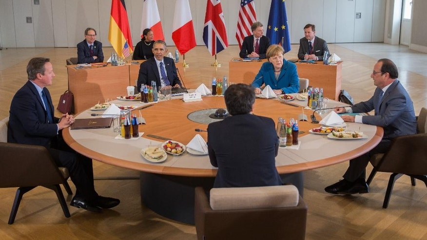 British Prime Minister David Cameron, U.S. President Barack Obama, German Chancellor Angela Merkel, French President Francois Hollande and taly's Prime Minister Matteo Renzi, clockwise from left,  start their G-5 meeting in Herrenhaus Palace in Hannover, northern Germany, Monday, April 25, 2016. (Michael Kappeler/pool photo via AP)