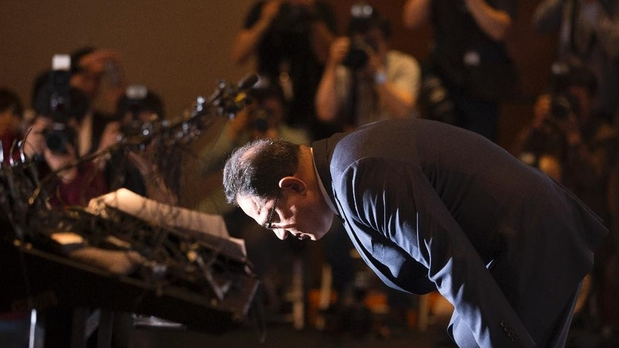 Ata Safdar, head of British firm Reckitt Benckiser Korea, bows during a press conference in Seoul, South Korea, Monday, May 2, 2016. British consumer goods company Reckitt Benckiser has apologized and accepted responsibility for selling deadly disinfectants that killed or injured about 180 people. (Yun Dong-jin/Yonhap via AP) KOREA OUT
