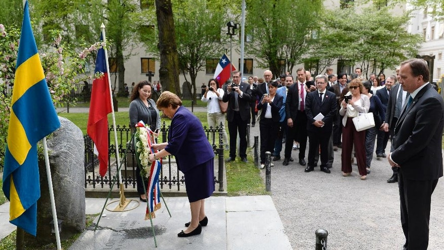 Swedish PM Stefan Lofven, right, watches Chilean President Michelle Bachelet  lay a wreath at the grave of murdered Swedish Prime Minister  Olof Palme at the Adolf Fredriks churchyard in Stockholm, Sweden, Tuesday May 10, 2016. President Bachelet started a three day long official visit to Sweden Tuesday. (Pontus Lundahl / TT  via AP) SWEDEN OUT