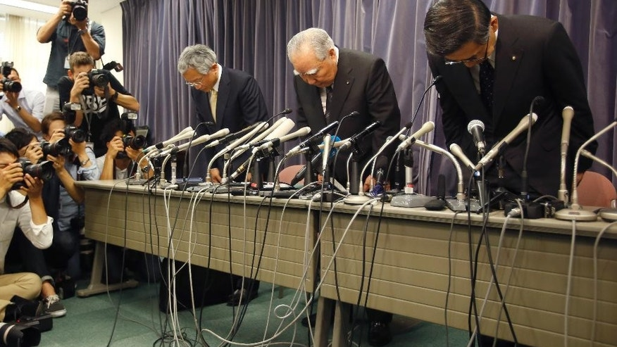 Suzuki Motor Corp. Chairman and Chief Executive Osamu Suzuki, center, bows with president Toshihiro Suzuki, right, and vice president Osamu Honda during a press conference in Tokyo, Wednesday, May 18, 2016. (AP Photo/Shizuo Kambayashi)