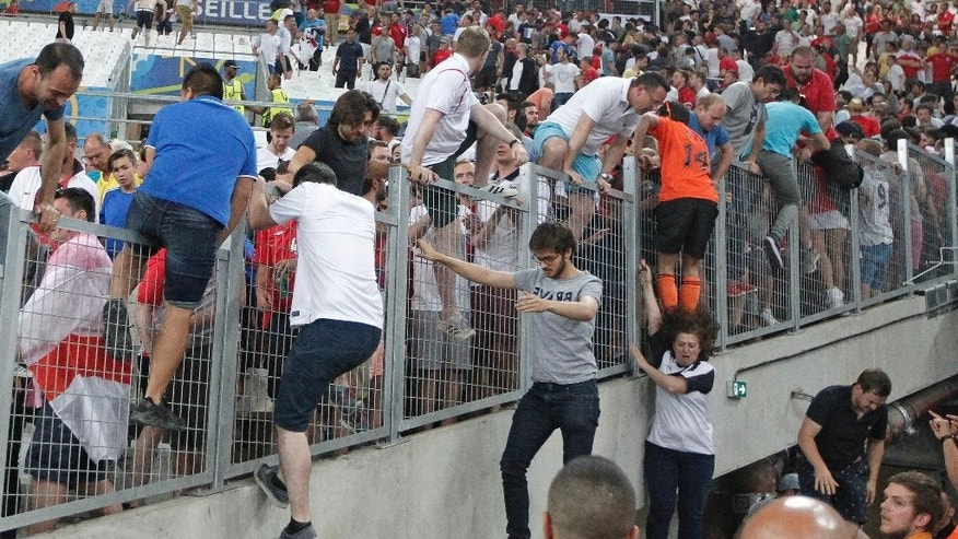 Fans of England and Russia got into a fight in Marseilles on the eve of the teams meeting 06/11/2016 48