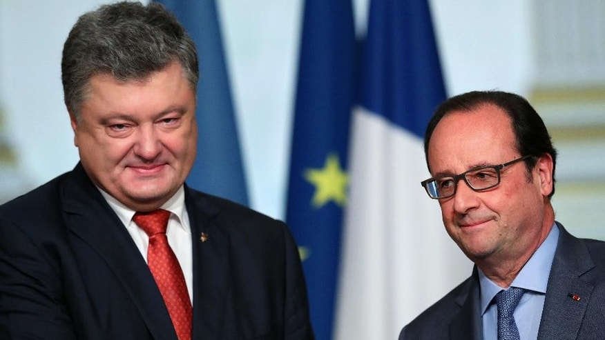 France's President Francois Hollande, right, and Ukrainian President Petro Poroshenko, give a press conference after a meeting, at the Elysee Palace, in Paris, Tuesday, June 21, 2016. (AP Photo/Thibault Camus)