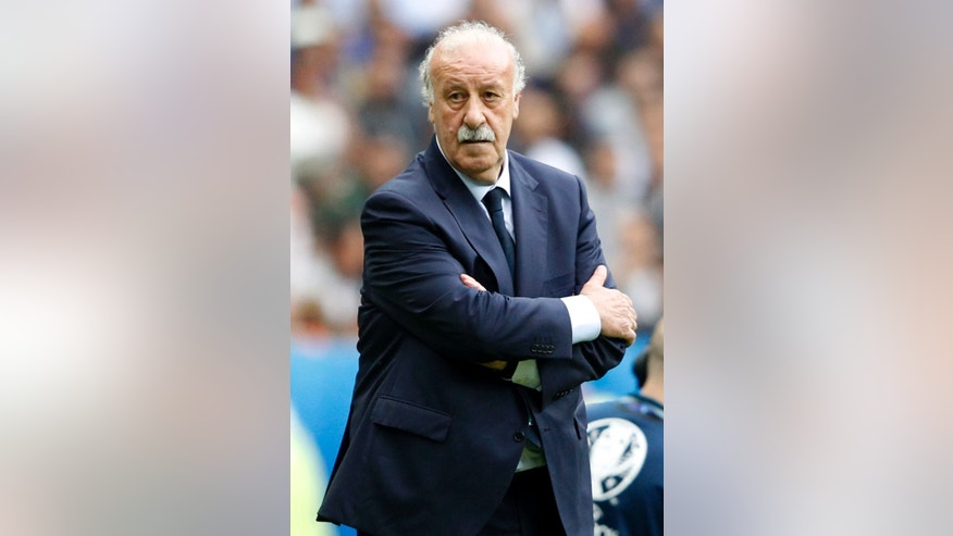 Spain coach Vicente del Bosque follows the Euro 2016 round of 16 soccer match between Italy and Spain, at the Stade de France, in Saint-Denis, north of Paris, Monday, June 27, 2016. (AP Photo/Antonio Calanni)