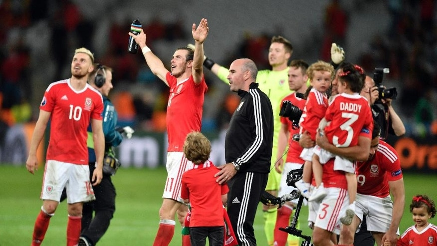 Wales' Gareth Bale, center left, and his teammates celebrate at the end of the Euro 2016 quarterfinal soccer match between Wales and Belgium, at the Pierre Mauroy stadium in Villeneuve d'Ascq, near Lille, France, Friday, July 1, 2016. Wales won 3-1. (AP Photo/Martin Meissner)