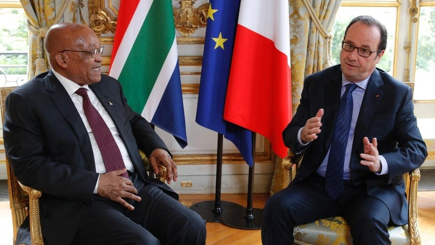 French President Francois Hollande, right,  meets with South African President Jacob Zuma at the Elysee Palace in Paris, France, July 11, 2016.  (Philippe Wojazer/Pool via AP)
