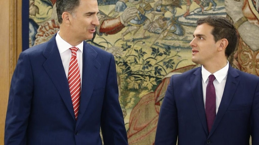 Spain's King Felipe VI chats with Spain's Ciudadanos party leader Albert Rivera, right, as they pose for pictures during their meeting at the Zarzuela Palace in Madrid, Spain, Thursday, July 28, 2016. King Felipe is having talks with political party leaders in an attempt to break a deadlock in finding a candidate capable of forming a government. (AP Photo/Angel Diaz, Pool)